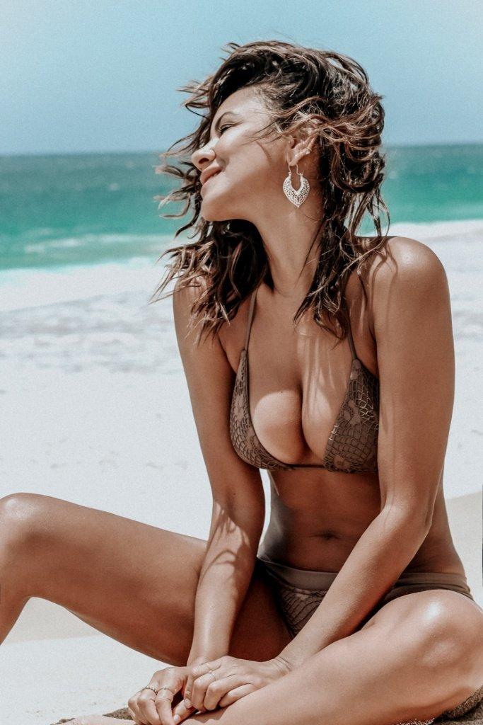 Beach bod, bikini, Blogger babes, vacations, Mexico, Pretty beach photo's, Taye Hansberry on the beach, black girls, bronze skin, tan bloggers